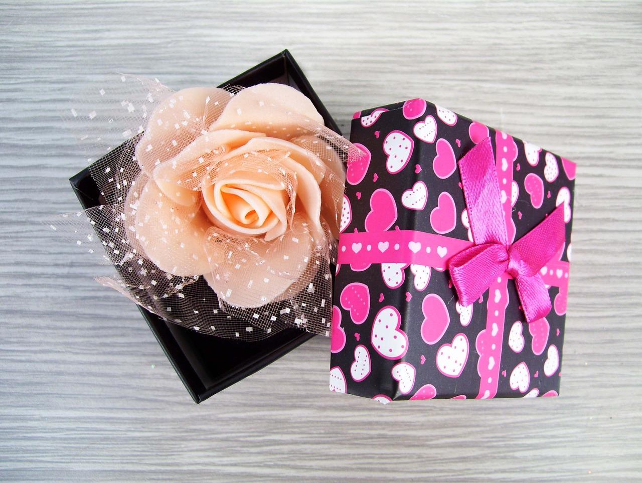 Оригинальный подарок девушке: 10 ярких идей